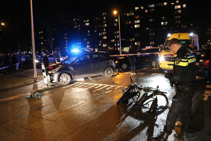 Een bestuurder van een auto en een fietser raken elkaar hard in Overvecht.