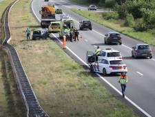 Man klapt met zijn auto op de vangrail langs de snelweg bij Hattem, bestuurder naar ziekenhuis