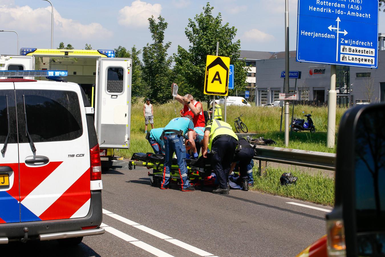 Een motorrijder is donderdagmiddag gewond geraakt bij een ongeval op de Munnikensteeg in Zwijndrecht.