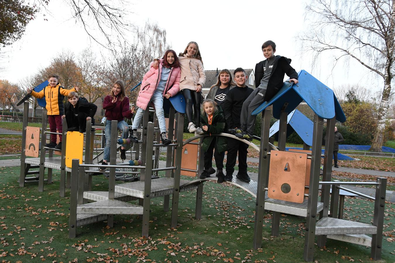 De speeltuin die zich bevindt tussen de Vijfde Reit en de Tweede Reitse Dreef is vooral interessant voor de allerkleinsten. Voor kinderen boven de zes is het allemaal een stuk minder spannend. Maar voor een foto wil deze groep tieners best een uitzondering maken...