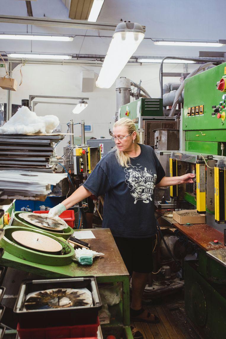 Eva Anyzova in de drukhal van de vinylfabriek in Lodenice.  Beeld Fabian Weiss