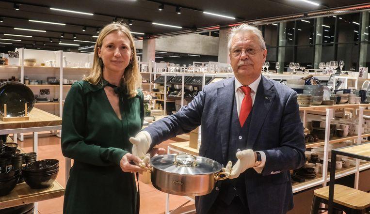 Dirk en Sarah Dupont met de kookpot van Fissler die bekleed is met 270 diamanten.