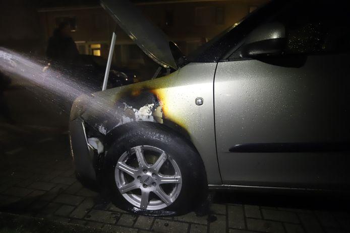 De autobrand in Nunspeet vond plaats bij het linker voorwiel.