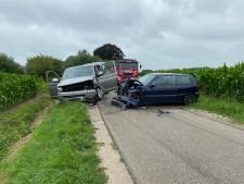 Busje met gezin met vijf kinderen botst frontaal op auto in Terwolde, twee gewonden naar ziekenhuis