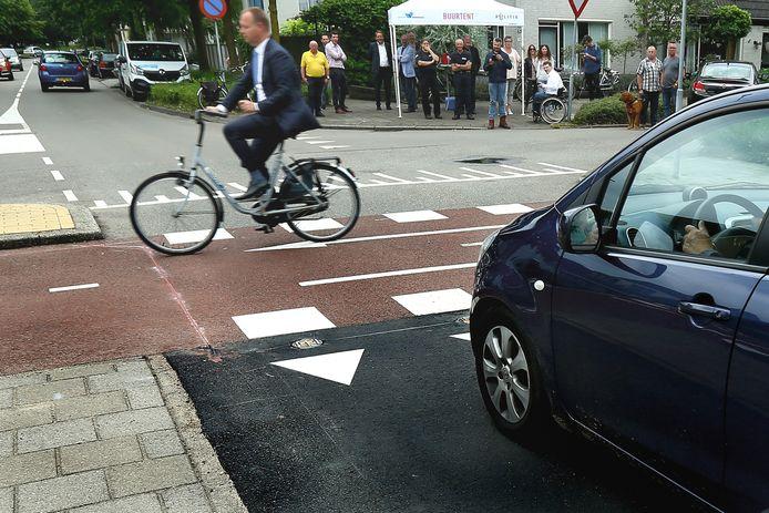 Wethouder Engbert Stroobosscher neemt fietsend het detectiesysteem in gebruik.
