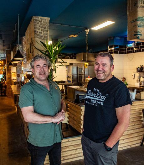 Zwagers Gideon en Piet openen borrelcafé Bro: 'De beste borrelplank van Deventer haal je bij ons'