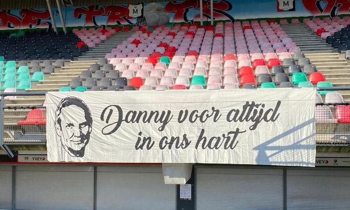 Fans van NEC eren de onlangs overleden clubwatcher Danny van den Broek met een spandoek in De Goffert.