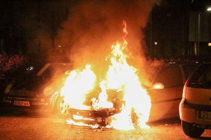 De brandweer in Hoogeveen is maandagavond druk geweest met diverse autobranden.