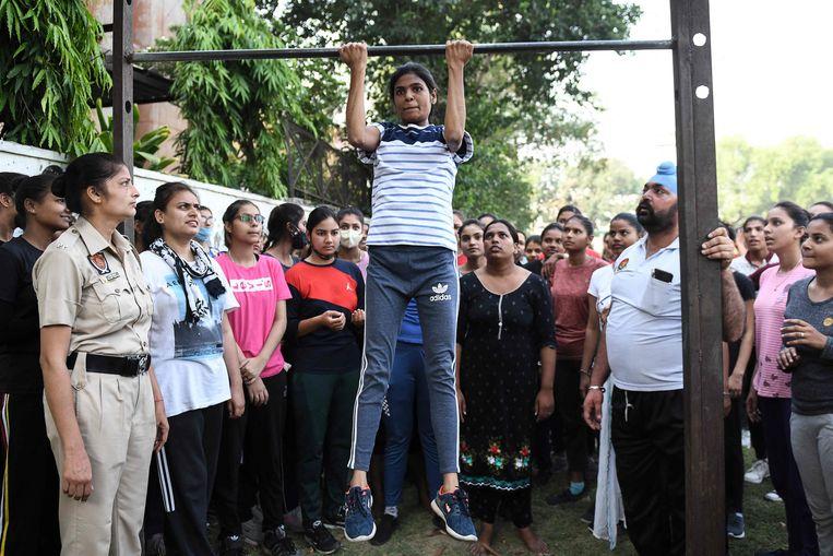 Met pullups moeten kandidaten bewijzen dat ze fit genoeg zijn om politieagent te worden  in de Indiase deelstaat Punjab. Beeld AFP