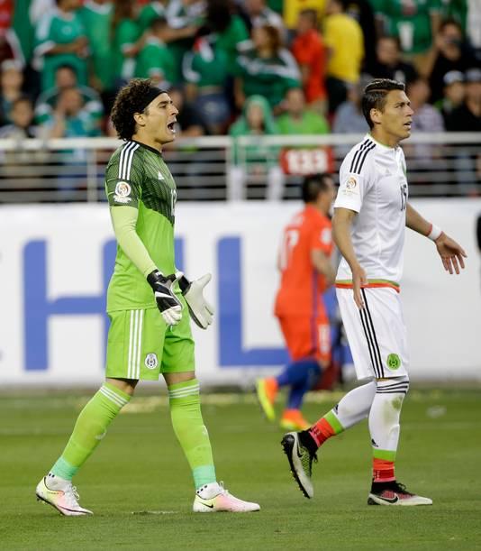 Hector Moreno en doelman Ochoa druipen af tegen Chili.