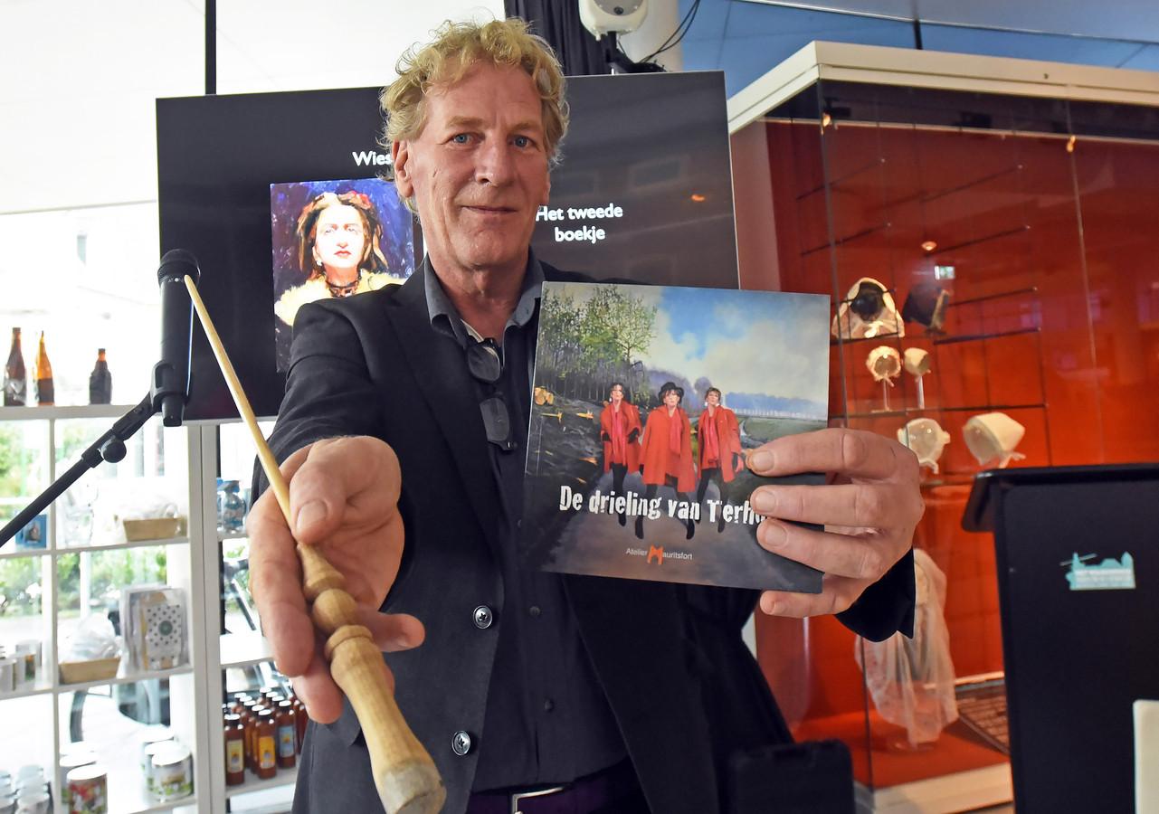 Een deel van de donateurs die bijdroegen aan het boek  van Roeland van der Kley kreeg als extraatje ook een toverstokje, gemaakt van een penseel.