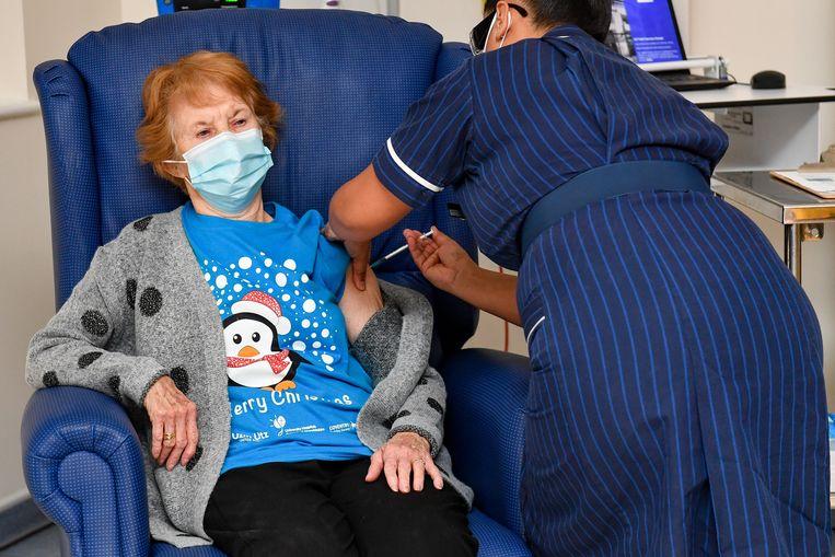 Margaret Keenan (90) krijgt als eerste persoon ter wereld het Pfizer/BioNtech-vaccin. Beeld EPA