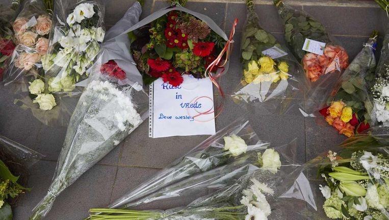 Bloemen bij het Corbulo College in Voorburg voor een 15-jarige scholier die bij een steekpartij om het leven kwam. Beeld anp