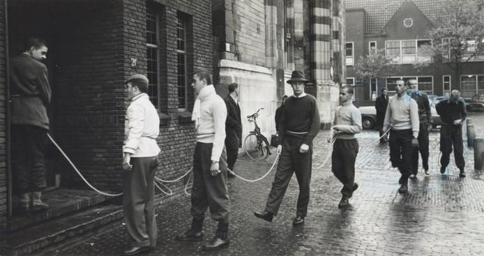 Deze foto is in de jaren '50 gemaakt, het gaat om studenten 'vermoedelijk tijdens de ontgroening'. Ja, dat denken wij ook.
