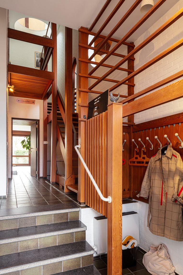 De ingemaakte kasten en het houtwerk in de vestiaire en de gang zijn originele ontwerpen van RenaatBraem. Beeld Tim Van de Velde