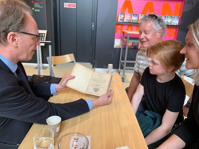 Taxateur Arie Molendijk bewondert het boek van Anouk Bohnke.