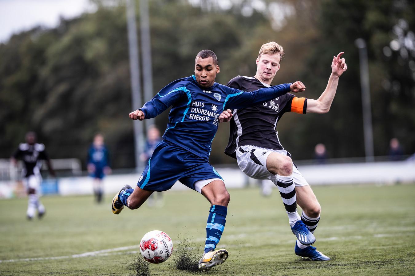 Aanvoerder Koen Snel, hier in duel tegen FC Trias, verruilt SML na dit seizoen voor zaterdag-eersteklasser DTS'35 uit Ede.