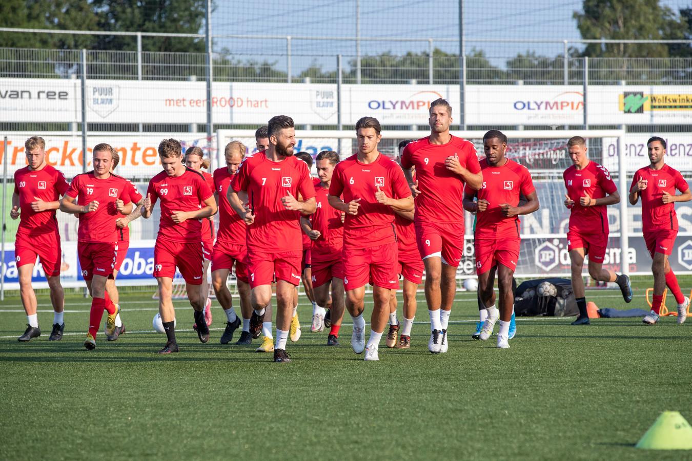 De broers Bart (6) en Mark (9) Westerlaken voetballen dit seizoen samen bij DOVO.