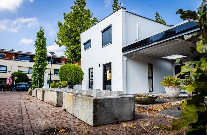 Voor de woning van Alex R. in Alblasserdam staan betonnen blokken. De politie heeft een 25-jarige Amsterdammer aangehouden omdat hij bij de woning aan de De Boezem een explosief zou hebben geplaatst.