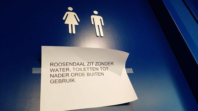 Een briefje op de deur van een toilet in Roosendaal.