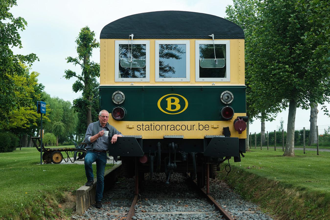 Jo Uytterhoeven bij één van de wagons die hij verbouwde tot vakantiewoning.