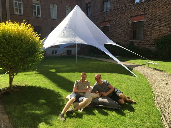 De tent staat er al, Niels en Guy zorgen voor een zomerse sfeer dicht bij huis.
