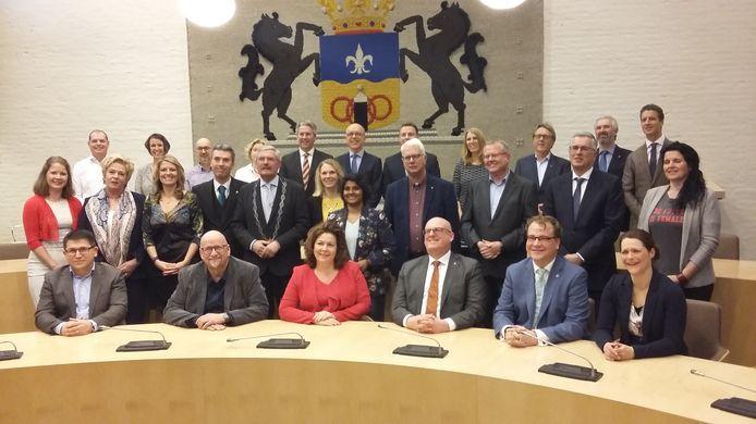 De nieuwe gemeenteraad van Dronten, met burgemeester Aat de Jonge, vlak na de beëdiging.