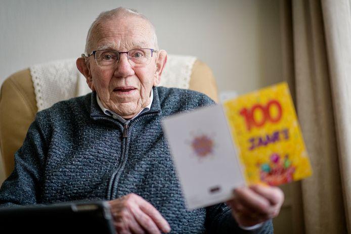 Ger Wienesen viert zijn 100ste verjaardag .