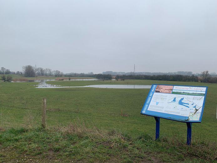 Op de Leuvensedijk bij het verdronken dorp Leuffen