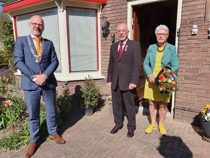 Ton Jansen uit Ellecom en zijn vrouw na de uitreiking van het lintje door burgemeester Carol van Eert.