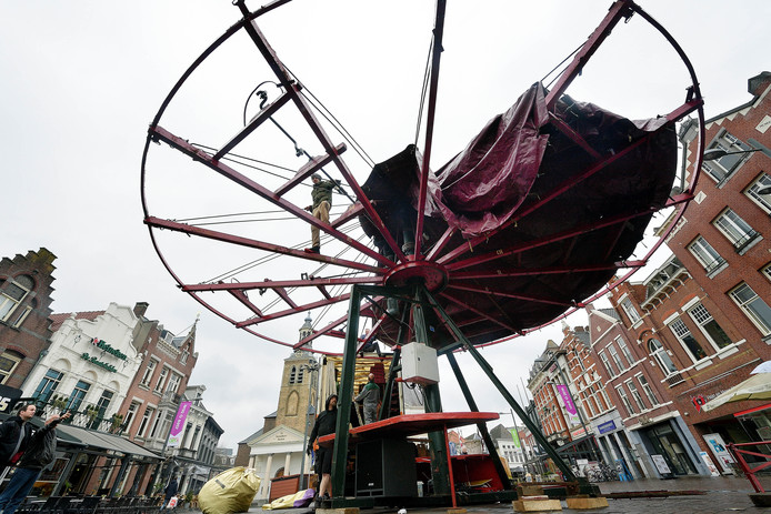 Opbouw van de nostalgische kermis op de markt in roosendaal. foto petervantrijen / pix4profs
