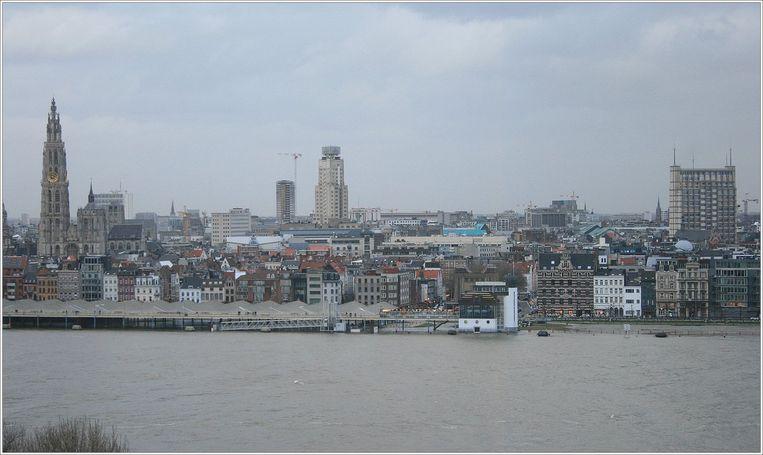 De Schelde in Antwerpen, uit haar oevers getreden. Beeld Twitter