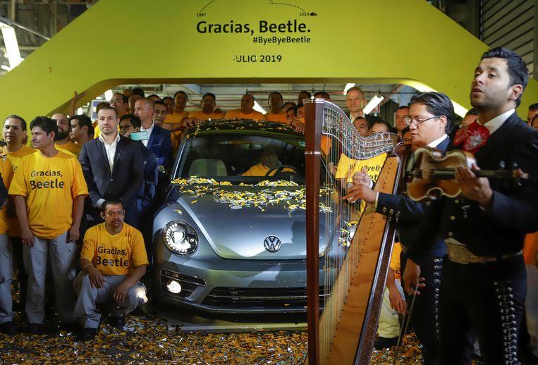 In de fabriek in Mexico werd woensdag afscheid genomen van de allerlaatste Beetle die er van de band is gerold. Beeld REUTERS - Imelda Medina