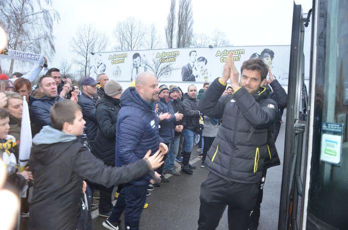 Kapitein Killian Overmeire bedankt de supporters voor hun steun voor hij de spelersbus opstapt naar één van de laatste wedstrijd van Sporting Lokeren.