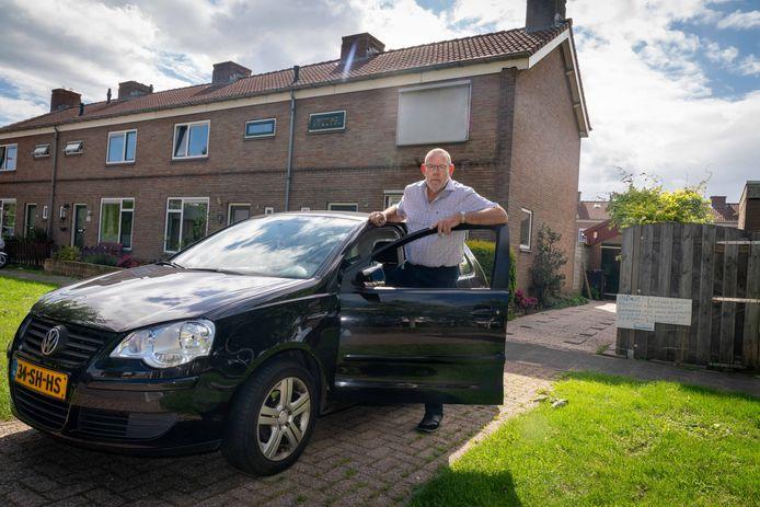 Jan Heikamp kreeg een bon omdat auto op zijn oprit stond.