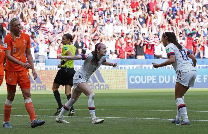 Rose Lavelle viert haar goal. Anouk Dekker (l) baalt.