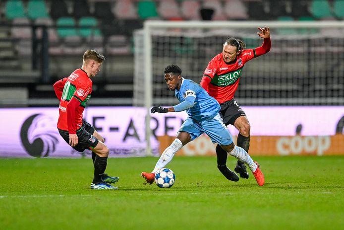 Joep van der Sluijs (links) schiet ploeggenoot Edgar Barreto te hulp in zijn strijd met Cheick Touré van Jong PSV, afgelopen vrijdag in Nijmegen.