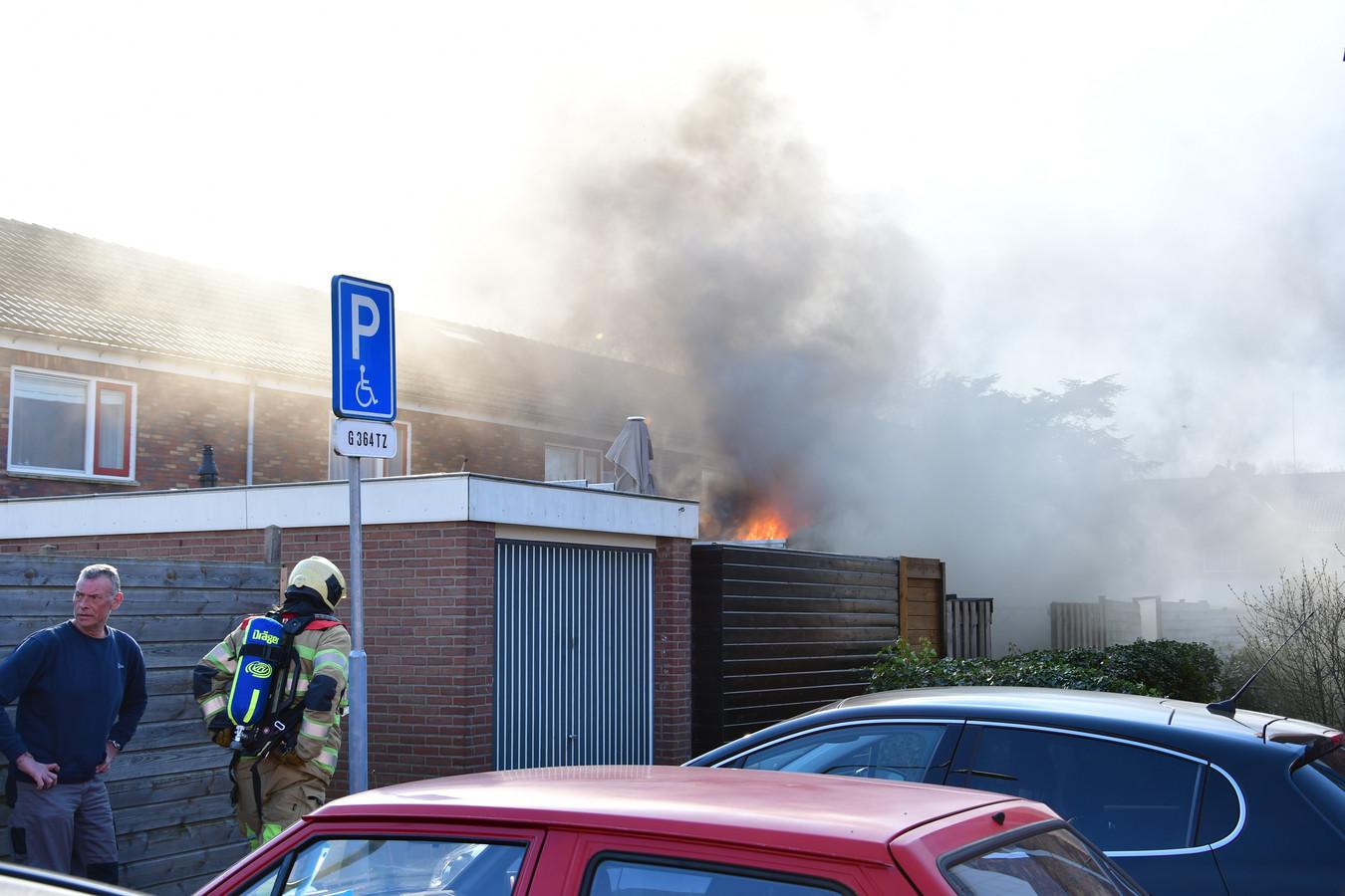 Vlammen schieten uit de schuur aan de Nassaustraat in Maarssen.