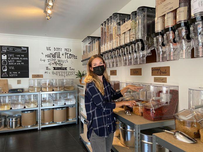 In Westmalle heeft de verpakkingsvrije winkel met koffiebar Defo de deuren geopend. Op foto: zaakvoerster Axelle Defossez