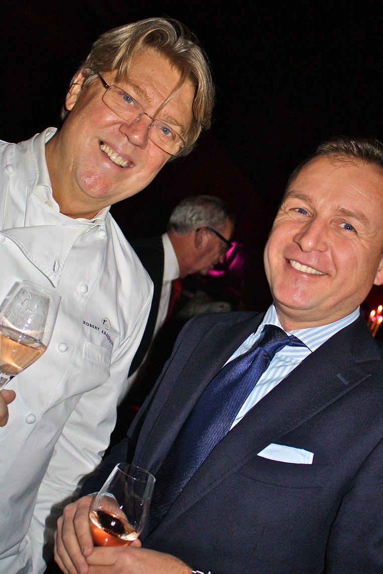 Robert Kranenborg kookt en goede vriend Mike Dobbinga staat hem bij.  <br /><br /> Beeld