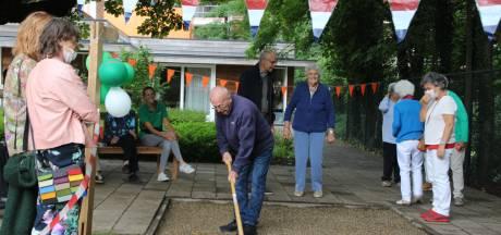 Jan Simons (94) opent de nieuwe jeu-de-boulesbaan die er kwam na een sponsorwandeling van het Van Coothhuis in Veghel
