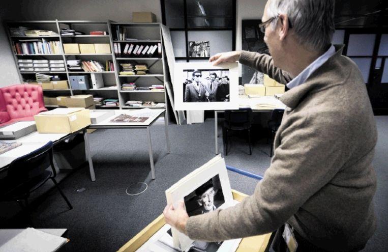 Conservator Dick Wesink zoekt in het Letterkundig Museum in Den Haag materiaal uit voor een tentoonstelling. ( FOTO PHIL NIJHUIS) Beeld Phil Nijhuis