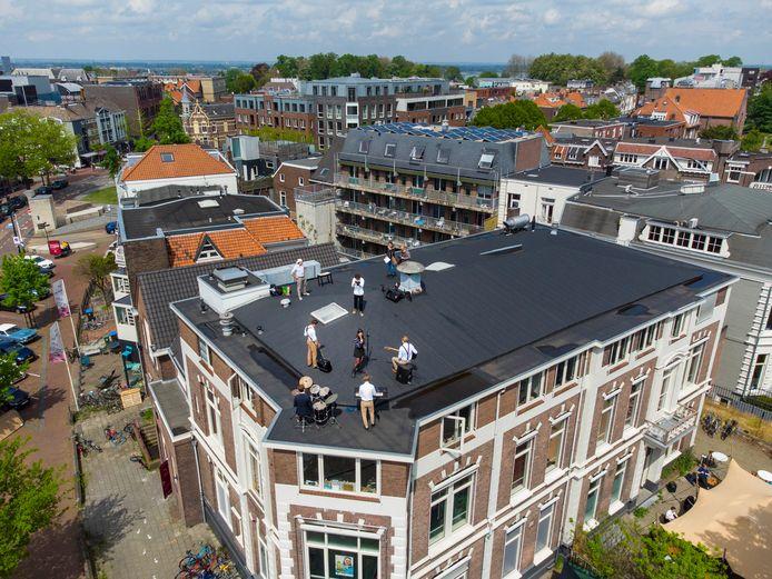 De kroegband treedt op op het dak van Carolus Magnus in Nijmegen