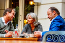 De drie senatoren die Forum voor Democratie hebben verlaten op het terras van hotel Wientjes in Zwolle, waar ze op 18 augustus een oprichtingsvergadering hielden.