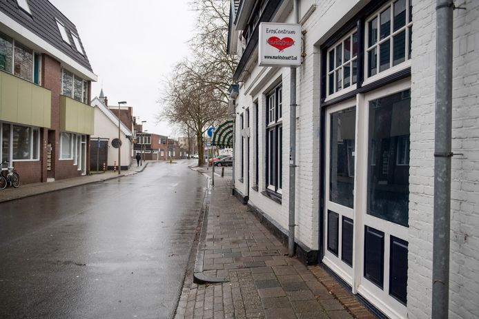 Het pand aan de Marktstraat 13 staat heeft een historie als sekshuis maar staat al jarenlang leeg.