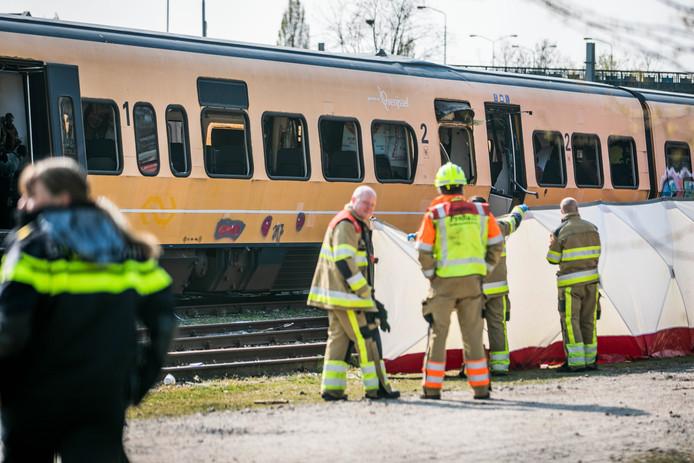 Hulpdiensten bij de treinwagon.