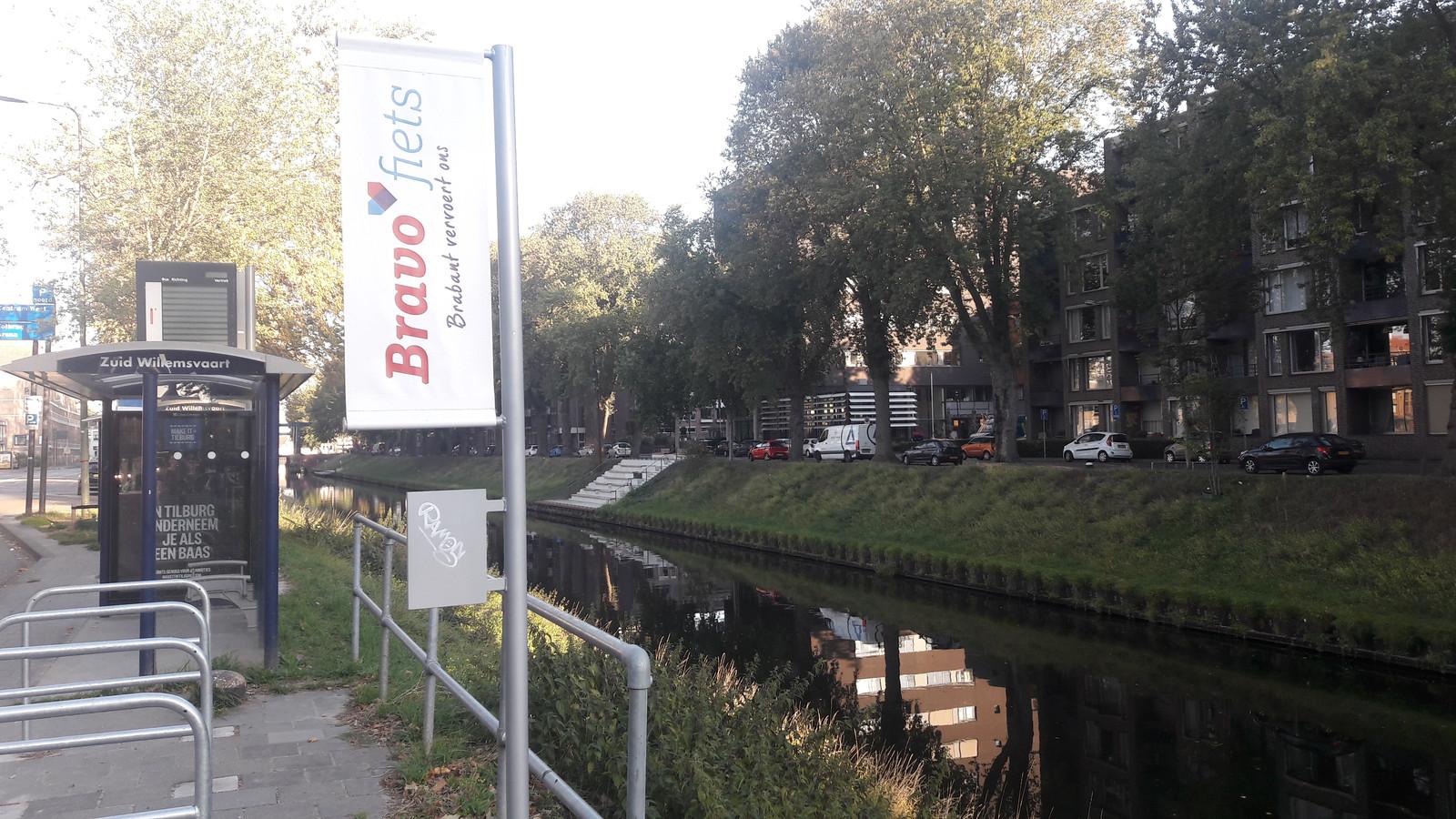 Bij deze bushalte aan de Zuid-Willemsvaart komen leenfietsen te staan.