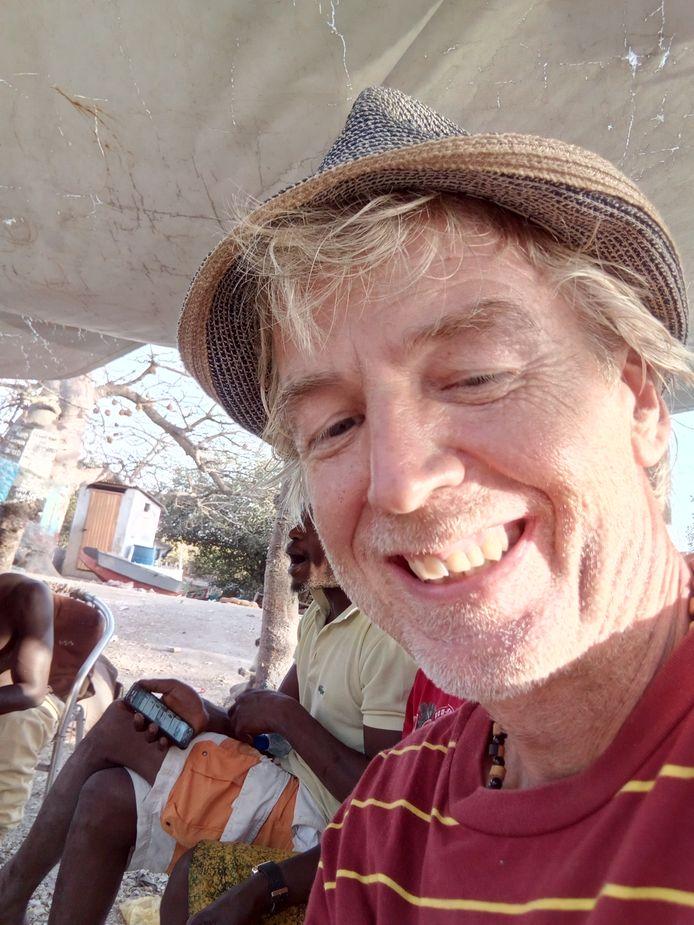 Schipper Maarten Leuftink is kapitein op de zeilvaart. Op nieuwjaarsdag vertrok hij naar Gambia, waar hij nu vastzit.