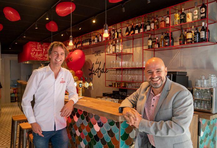 Teun van Garderen (links) heeft grote plannen met het nieuwe café De Liefde. Rechts Joop Huisman (dagbesteding).