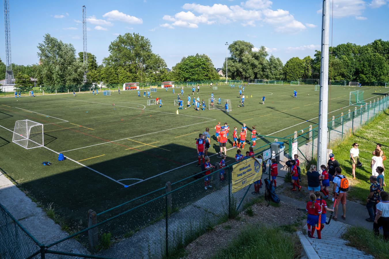Onder andere het kunstgrasveld op de sportcampus in Sint-Gillis is overbevraagd.